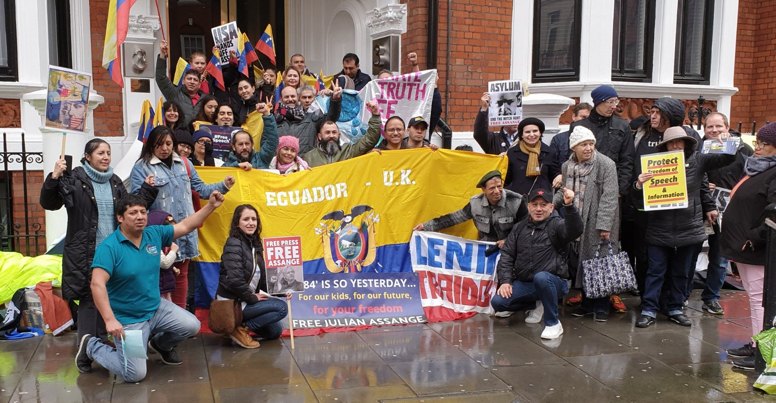 UK: Julian Assange threatened with expulsion from embassy